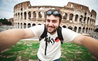 Rzym zabytki: selfie na tle Koloseum